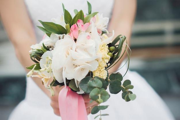 Hermoso ramo de boda de verano. delicadas flores brillantes para niñas