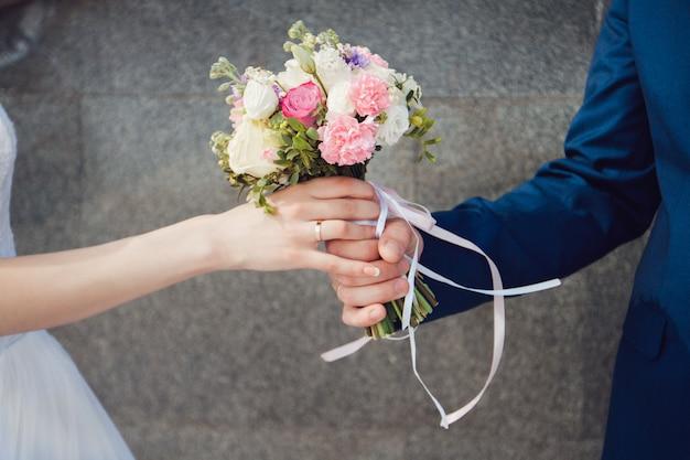 Hermoso ramo de boda de verano. las flores