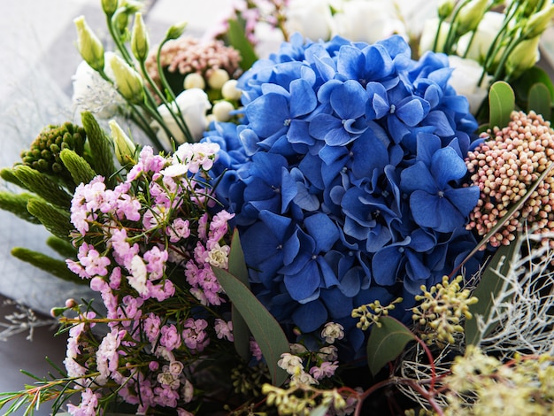 Hermoso ramo floreciente de hortensias frescas