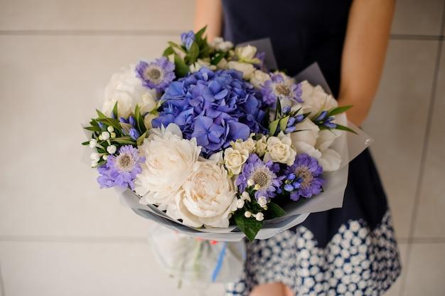 Hermoso ramo de flores de color púrpura y blanco