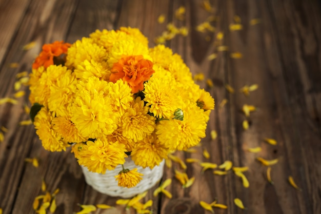 Hermoso ramo de flores de crisantemos en canasta de mimbre