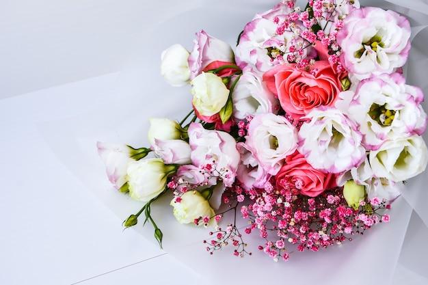 Hermoso ramo de flores diferentes sobre fondo blanco. copie el espacio para el texto. tarjeta de felicitación navideña. cubrir