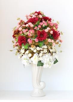Hermoso ramo de flores en las estatuas de un jarrón con trazado de recorte sobre fondo blanco