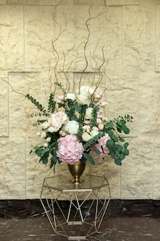 Hermoso ramo de flores de hortensias y hojas de eucalipto en el salón de bodas