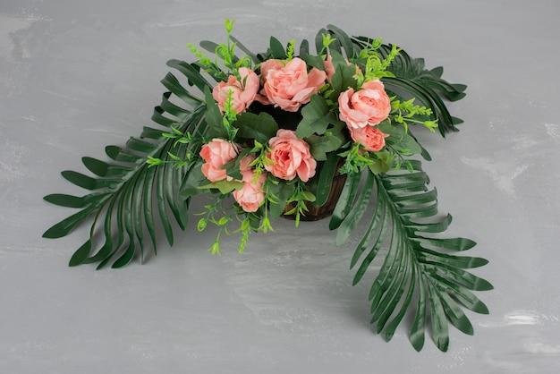 Hermoso ramo de flores en mesa gris