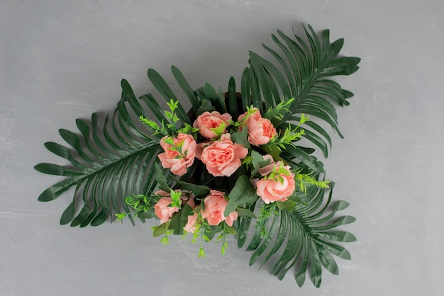 Hermoso ramo de flores en la mesa gris.