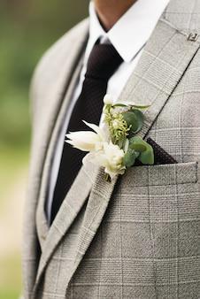 Hermoso ramo de flores del novio. diseña un boutonniere. día de la boda.