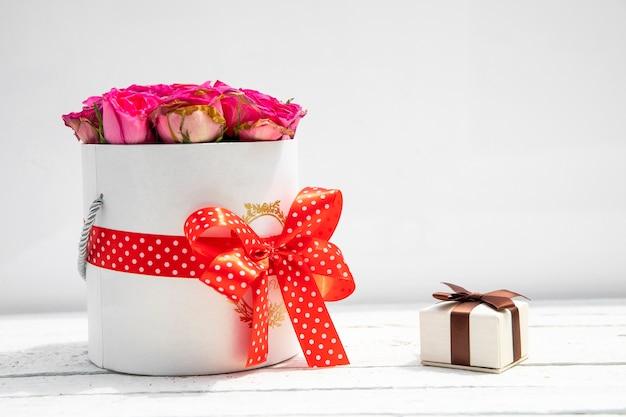 Hermoso ramo de flores y pequeño regalo.