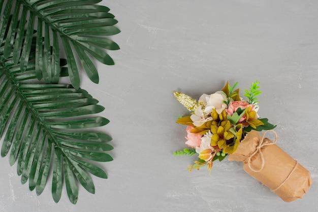 Hermoso ramo de flores en superficie gris