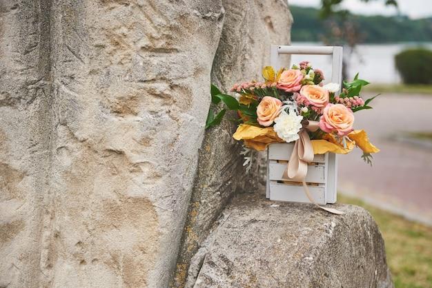 Hermoso ramo en un jarrón decoración de flores en ceremonia de boda.