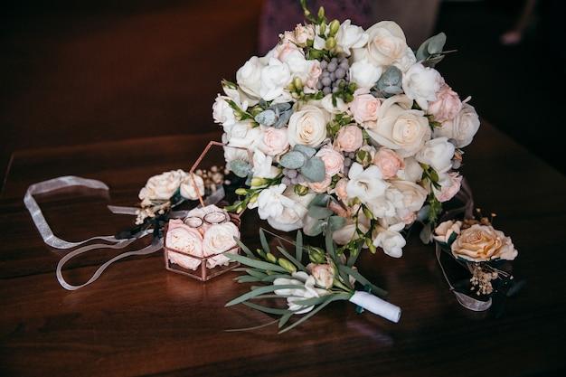 Hermoso ramo de novia y caja de anillos. decoraciones de boda