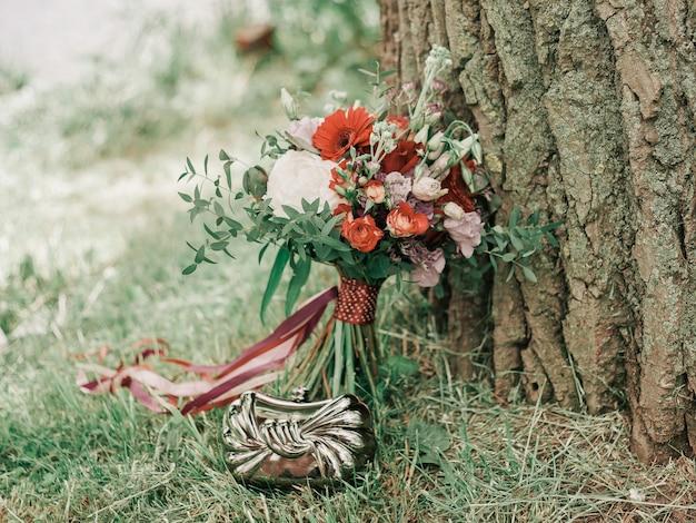 Hermoso ramo de novia en el fondo de la naturaleza