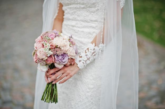 Hermoso ramo de novia moderno y elegante.