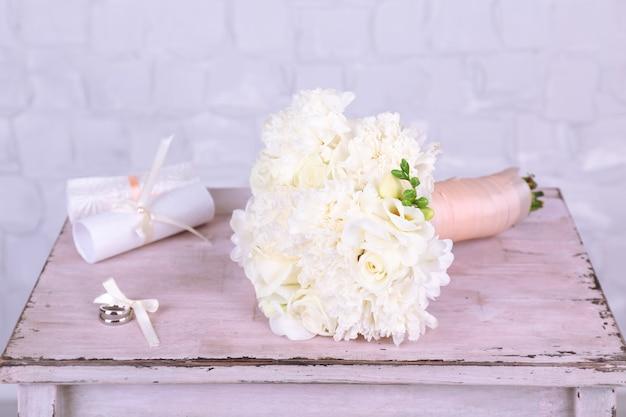 Hermoso ramo de novia sobre fondo de pared gris
