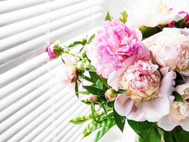 Hermoso ramo de peonía rosa en un jarrón