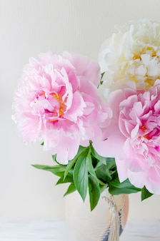 Hermoso ramo de peonías rosas y blancas
