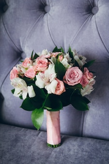 Hermoso ramo de rosas en el interior.