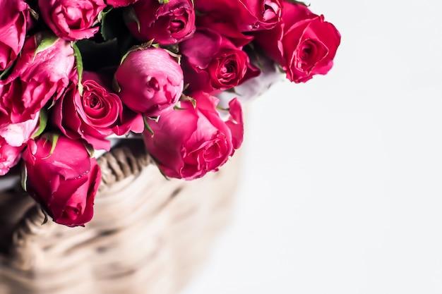 Hermoso ramo de rosas rojas en canasta.