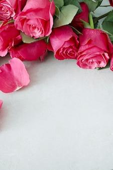 Hermoso ramo de rosas rosadas con copyspace en blanco. concepto de día de san valentín