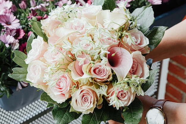 Hermoso ramo de rosas rosadas y hojas verdes.