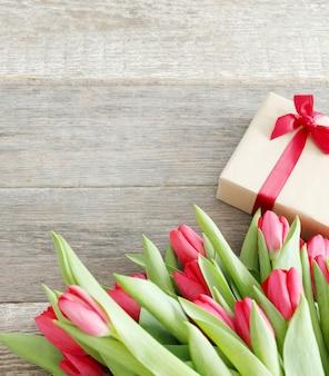 Hermoso ramo de tulipanes y caja de regalo