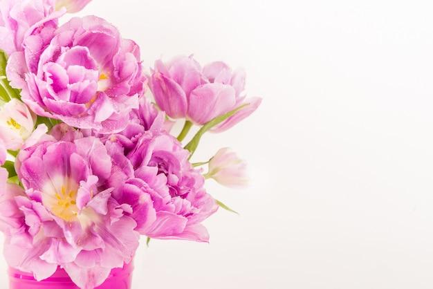Hermoso ramo de tulipanes estilo peonía en la maceta rosa