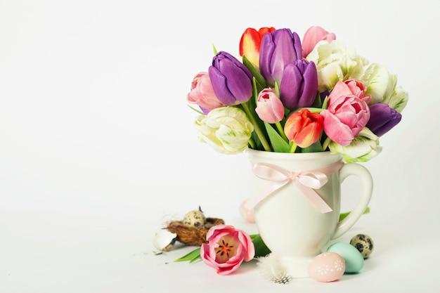 Hermoso ramo de tulipanes y huevos de pascua