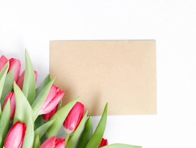 Hermoso ramo de tulipanes con tarjeta de felicitación en blanco