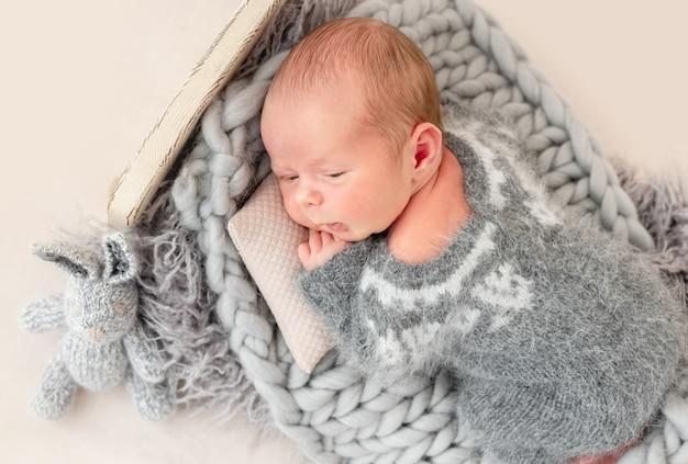 Hermoso recién nacido con los ojos abiertos