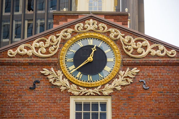Un hermoso reloj adorna la fachada del techo de la antigua casa de estado.