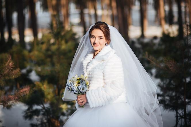 Hermoso retrato de la novia en el día de la boda de invierno
