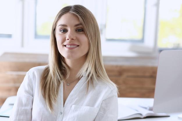 Hermoso retrato de empresaria sonriente en el lugar de trabajo