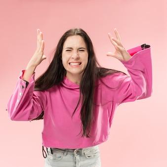 Hermoso retrato femenino de medio cuerpo aislado en el fondo de color rosa de moda del estudio.