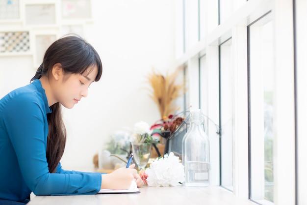 Hermoso retrato joven asia mujer escritor escrito