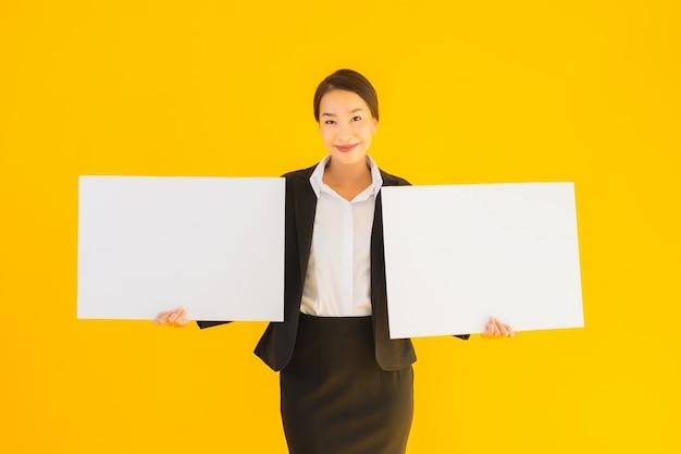 Hermoso retrato joven asiática con tablero vacío