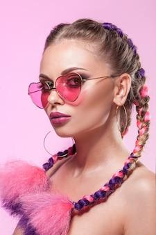 Hermoso retrato de una joven. maquillaje y peinado profesional de trenzas de colores