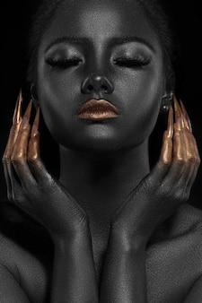 Hermoso retrato de mujer en colores dorado y negro.