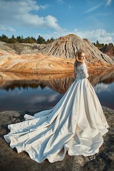 Hermoso retrato de una mujer en un fabuloso paisaje en las montañas