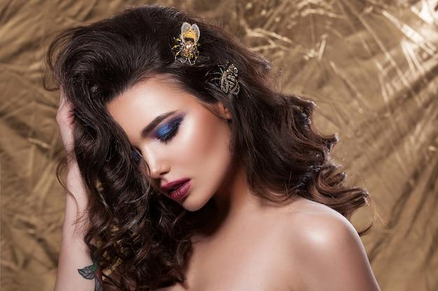 Hermoso retrato de una mujer joven