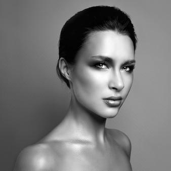 Hermoso retrato de una mujer con maquillaje brillante