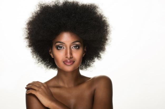 Hermoso retrato de mujer negra, concepto de belleza y cuidado de la piel