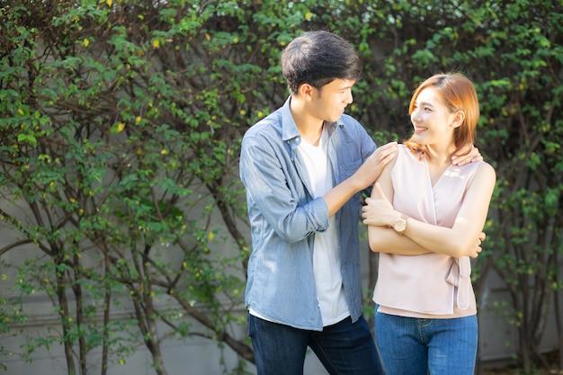 Hermoso retrato pareja mirando los ojos y sonriendo