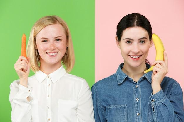 Hermoso retrato de primer plano de mujeres jóvenes con frutas y verduras