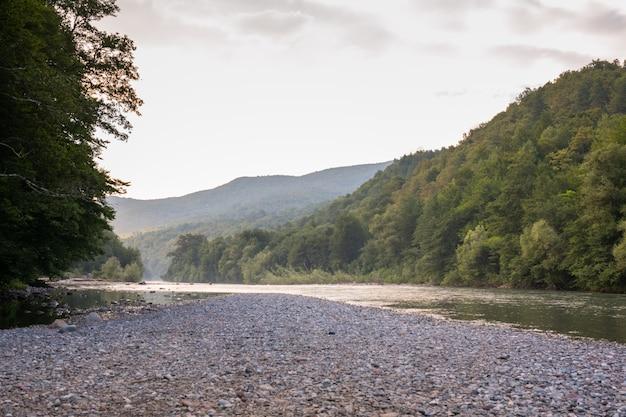 Un hermoso río fluye entre las rocas.