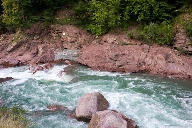 Hermoso río fluye entre las rocas