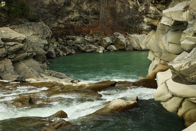 Hermoso río de montaña con rocas y rápidos.