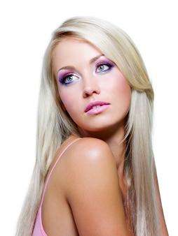 Hermoso rostro con colores saturados de maquillaje y cabello largo y liso