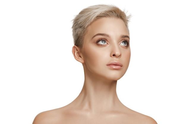 Hermoso rostro femenino. piel perfecta y limpia de la cara en blanco.