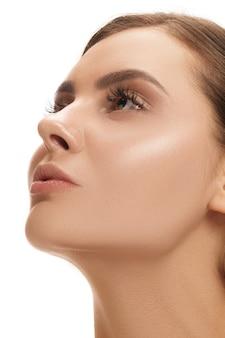 El hermoso rostro femenino. la piel perfecta y limpia del rostro en blanco. la belleza, cuidado, piel, tratamiento, salud, spa, concepto cosmético