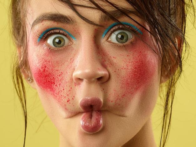Hermoso rostro femenino con piel perfecta y maquillaje brillante